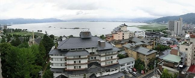 洋間から諏訪湖の眺めです