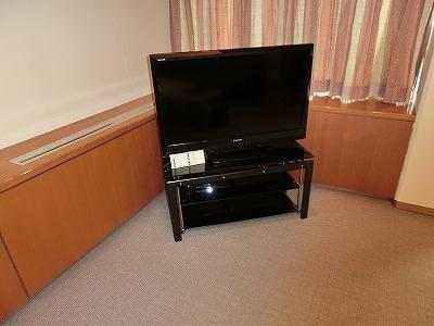 洋間の大型テレビ
