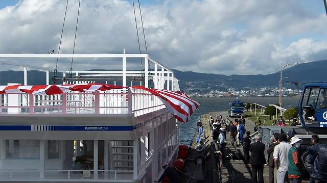 新しい諏訪湖遊覧船の着水