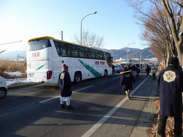 大型バスで移動