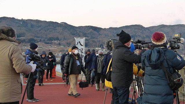 諏訪湖の御神渡りを観測を取材している報道陣